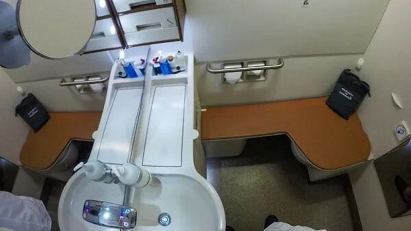 el baño de la suite es mas grande que el de la clase turista y puede incluir ducha