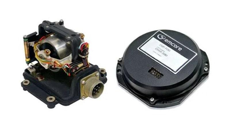 giroscopo mecanico (izquierda) y giroscopo de fibra optica (derecha)