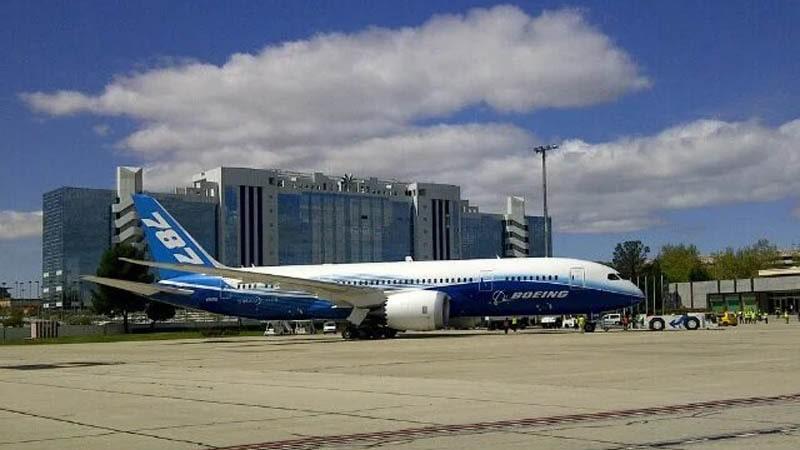 el boeing 787 estacionado en el aeropuerto de madrid barajas
