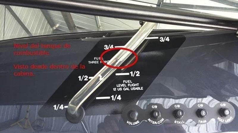 comprobacion visual del combustible en un avion