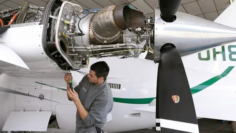 los aviones se arreglan con herramientas cotidianas y especiales
