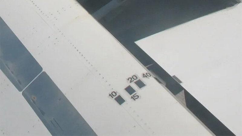 marcas de aviones de deflexion de los flaps vista desde la ventanilla señalada con el triángulo