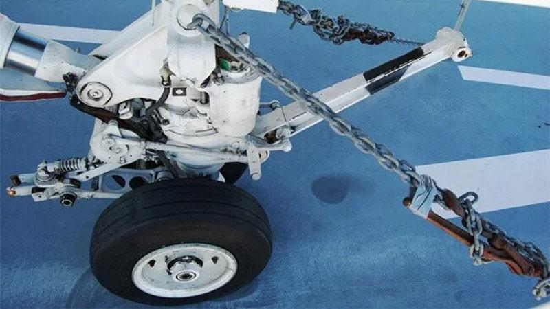 cadenas usadas para sujetar un avion al suelo