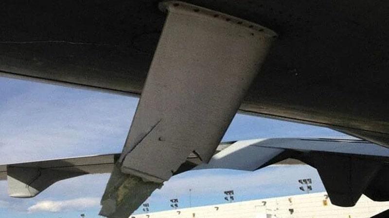 Antena dañada por un golpe en la cola del avión