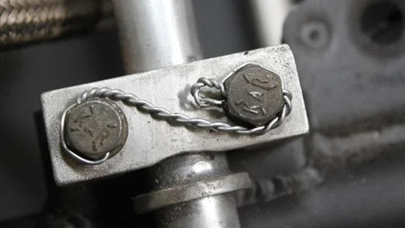 tornillos de avion frenados con alambre de acero